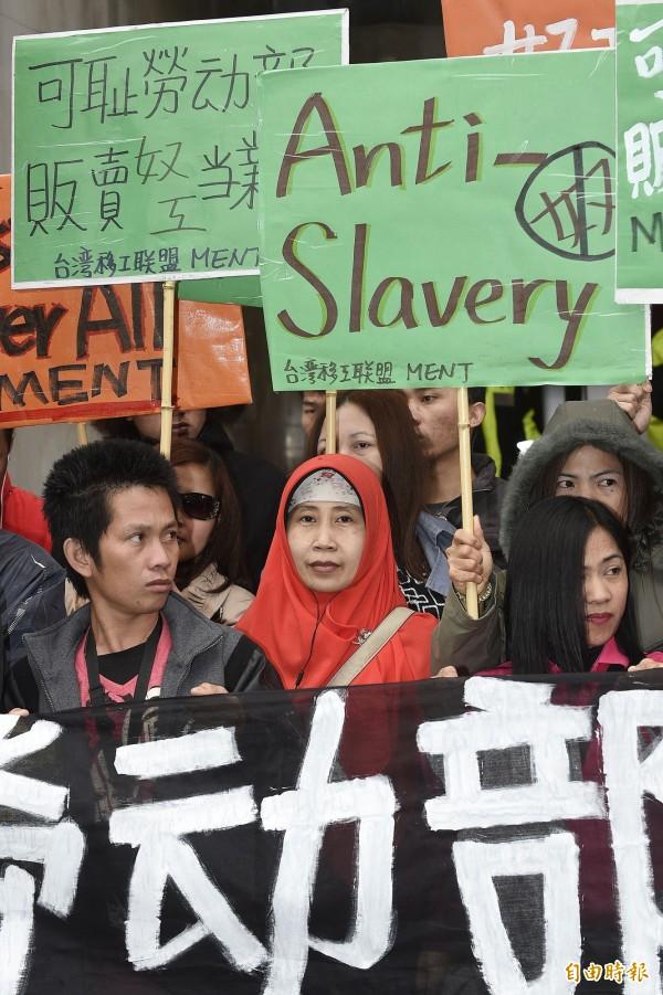 台灣移工聯盟上午舉行「勞動部=奴工販運部」記者會,痛批勞動部將照護人力短缺的責任推到印尼政府身上,現場也有印尼移工到場抗議。(記者陳志曲攝)