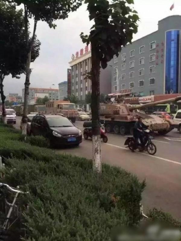 網路上流傳中國解放軍部隊,往中韓邊境集結。(圖擷取自《東網》)