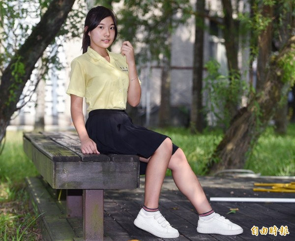 景美女中學生陳律婷示範「復古」的標準穿法,上衣紮進裙子裡,顯得端莊大方。(記者廖振輝攝)