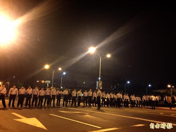 警方已開始持警盾集結,學生呼籲大家若開始驅離,即前往濟南路上的陸委會集結。(記者吳張鴻攝)