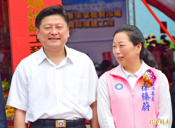 Hualien County Commissioner Fu Kun-chi and his wife, Chinese Nationalist Party (KMT) Legislator Hsu Chen-wei, pose for a picture in Hualien County yesterday.