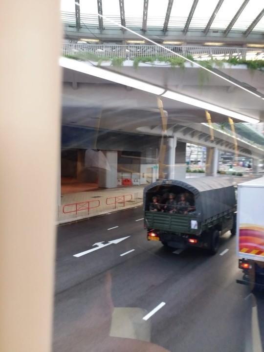 網友在西九龍站拍攝到軍車載有兵力。(圖擷取自LIHKG)