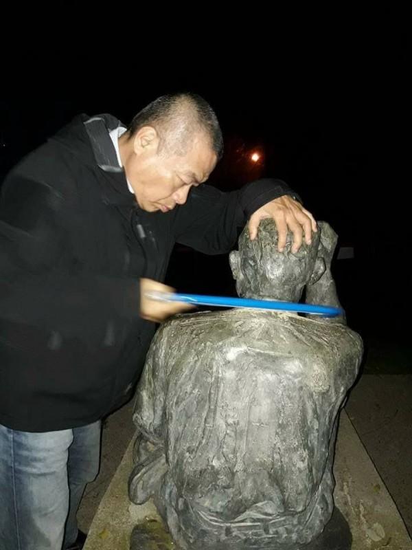 李承龍用線鋸手動鋸銅像,大概耗時2個半小時。(圖擷取自臉書)