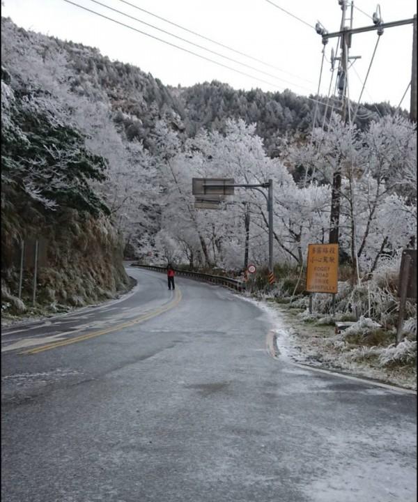 太平山道路路面濕滑,部分路段有結冰的情況,用路人行駛時要格外小心。(記者江志雄翻攝)