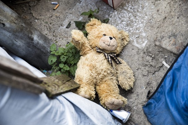 52歲李姓男子犯下竊盜案遭檢警鎖定,DNA發現李男涉嫌闖入女子住處,將女用內褲套在熊玩偶兩腿,再用美工刀割開玩偶胯下,留下精液,行徑變態。熊玩偶示意圖。(歐新社)