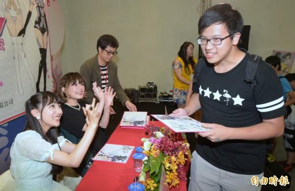 機甲少女聲優山崎惠理(左一)、阿部里果(左二)13日現身漫畫博覽會舉辦簽名會,與粉絲見面。(記者張嘉明攝)