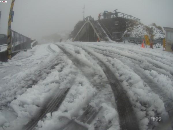 寒流發威,合歡山、武嶺觀景台及道路已經鋪上一層雪白。(合歡山玩雪團提供)