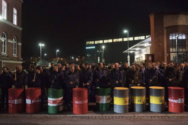 西門子員工在工廠抗議被裁員。(美聯社)