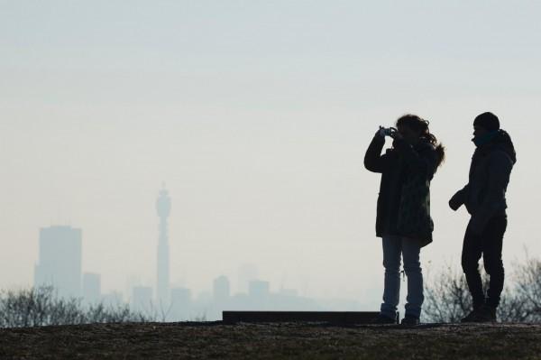 民眾在議會之丘拍攝被髒空氣包覆的倫敦市中心。(法新社)