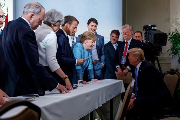 美國總統川普表示現場氣氛相當友好,「非常友好地等著文件送過來,這樣我去新加坡之前就能看一下。」(路透)