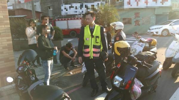 扯!行車糾紛街頭互毆還丟信號彈攻擊,警方快打部隊逮8人。(記者李容萍翻攝)