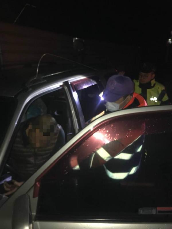 桃園市45歲簡姓男子今晚在車內燒炭輕生,警方及消防人員獲報迅速趕抵現場將他送醫,並並無生命危險。。 (記者魏瑾筠翻攝)
