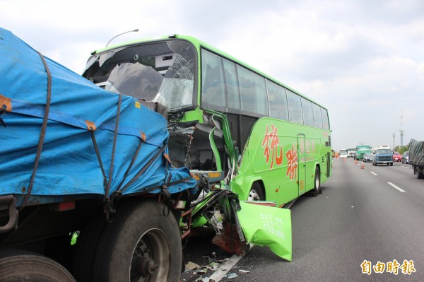 今天清晨國道1號北上台南安定路段,驚傳拖板車突打滑,後方統聯客運及轎車閃避不及追撞上去,釀成1死4傷。車禍示意圖,與本新聞事件無關。(資料照,記者湯世名攝)