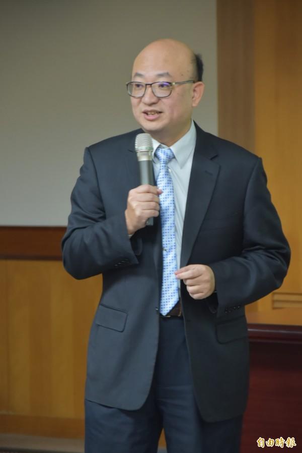 台灣師範大學電機系教授高文忠4年前開始研究眼動儀,利用演算法找出不用紅外線,只要用自然光就能捕捉使用者視線,研發出全球第一台「自然光眼動儀」,大幅降低設備成本。(記者吳柏軒攝)
