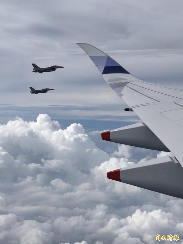 總統專機在今日下午起飛,空軍也出動F16戰機伴飛。(特派記者蘇永耀攝)