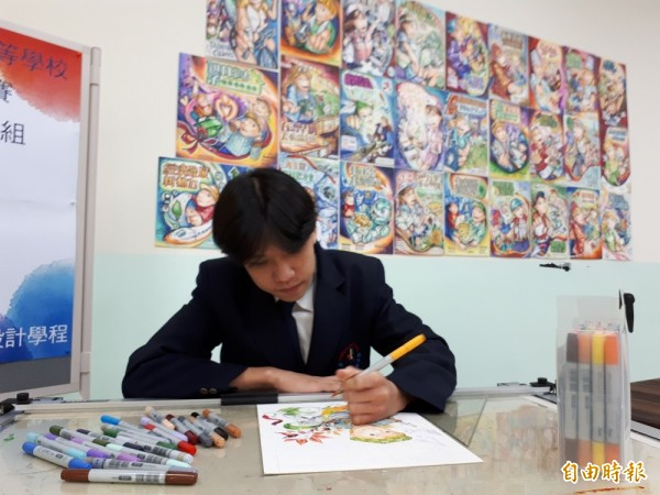 蘇沛昕國中念美術班,原本擅長西畫水彩,也曾獲新竹學生美展西畫類前2、3名,但為投入商業廣告技藝競賽,每天花5個小時練習,拿到優勝很開心,努力總算有收穫。(記者洪美秀攝)