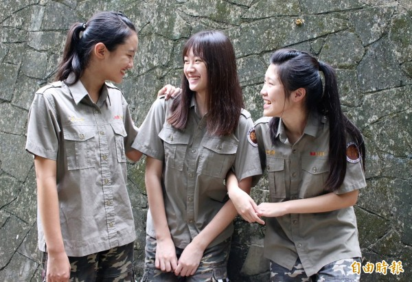 這是學生制服嗎?彰化藝術高中的迷彩制服獨樹一幟,充滿活力與朝氣。(記者張聰秋攝)