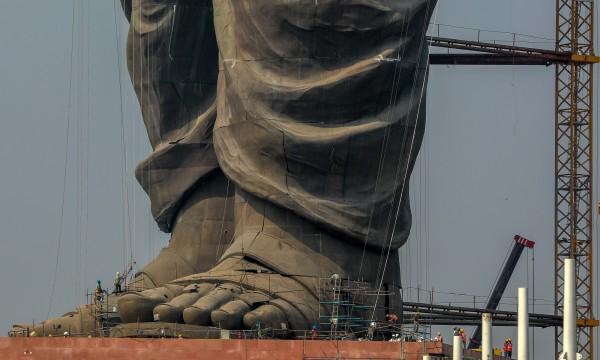 雕像的腳部。(歐新社)
