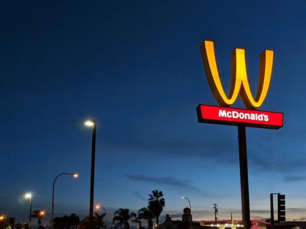 麥當勞為了慶祝國際婦女節,決定在3月8日這一天顛倒招牌標誌來紀念全球女性的成就。(圖擷自twitter)