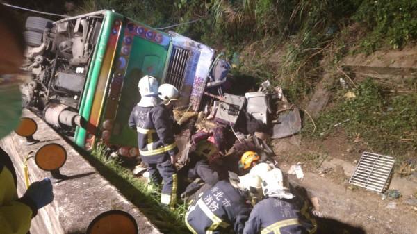 消防人員救援傷患。(民眾提供)