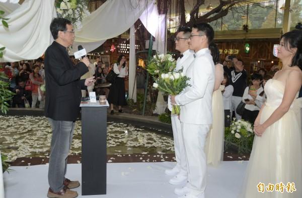 同志情侶蔡意欽與佑佑(右)8日在親友的祝福下,由同光教會牧師黃國堯(左)證婚。(記者張嘉明攝)
