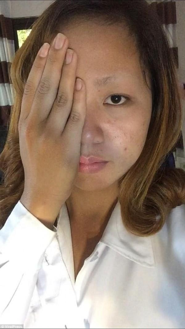 在撕下面膜時整個眉毛也硬生生被拔起。 (圖取自《Dailymail》)