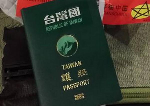 為了與中國做區隔,不少民眾會在護照上自發性貼上「台灣國」貼紙。(圖由林元笠提供)