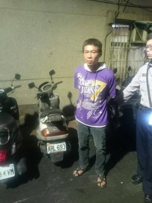 北市45歲男子楊才賢,今年3月鎖定自醫院看診出來的范姓婦人,騎車尾隨搶奪對方皮包後逃逸,今遭台北地檢署依搶奪罪起訴,圖為嫌犯當時落網情形。((記者劉慶侯翻攝)