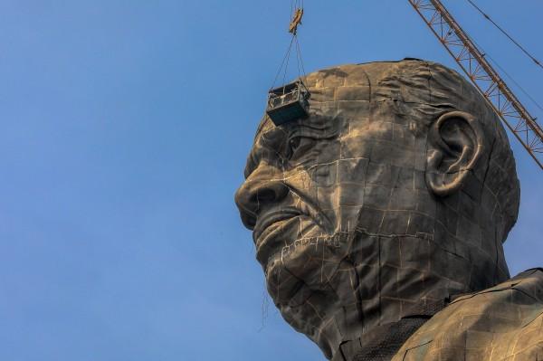 雕像的頭部。(歐新社)
