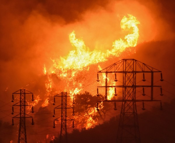 美國加州野仍在延燒中,造成嚴重經濟損失。(美聯)