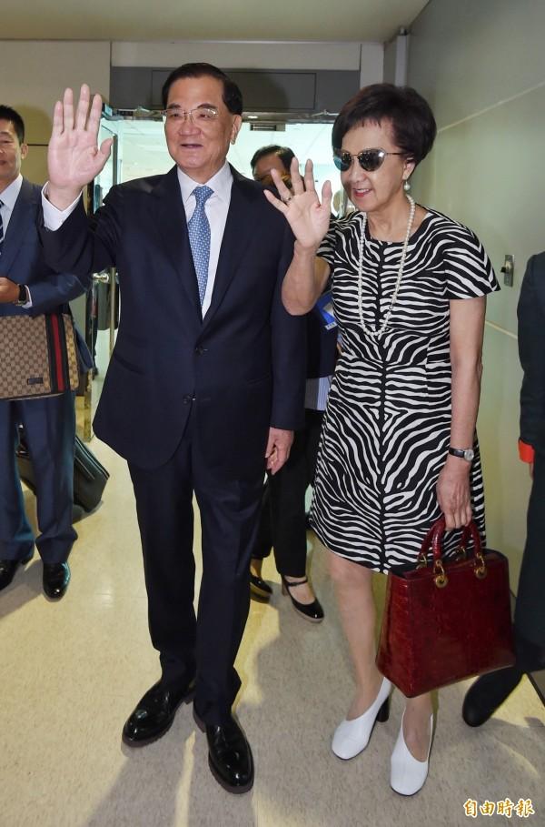 前國民黨主席連戰(左)12日率團啟程到中國訪問,與夫人連方瑀登機前揮手道別。(記者劉信德攝)