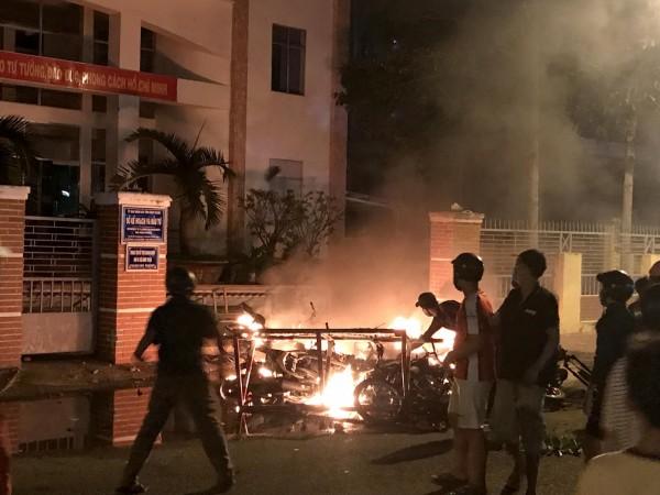 越南包含首都河內、第2大城胡志明市在內的多個地方昨日爆發示威抗議,有大批群眾到公家機關和政府建築前發起抗爭,甚至拿石頭亂扔一通。(法新社)