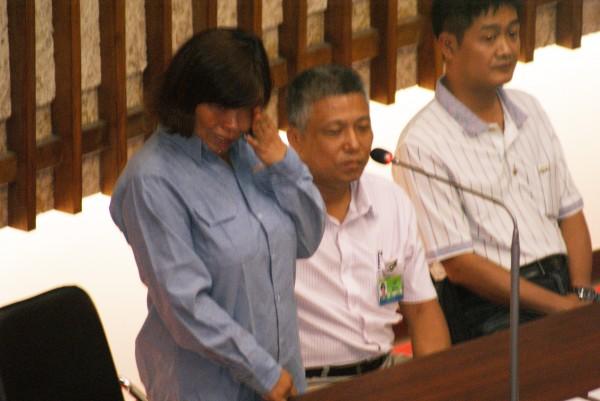 拆除洪平朗競選旗幟的女清潔隊員到議會備詢,被洪平朗高分貝質詢嚇哭。(記者黃佳琳攝)