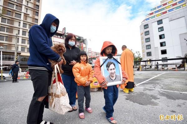 統帥飯店9日上午開始進行拆除作業,罹難者周志軒的媽媽及家人至現場招魂。(記者羅沛德攝)