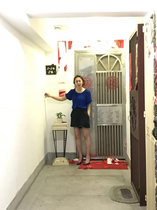 李婉鈺29日深夜到台北市國宅按門鈴與撕春聯。(鄰居提供)