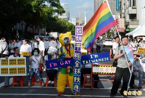 立院17日審查婚姻平權法,力挺婚姻平權與反同性婚民眾在立院外表達各自立場。(記者朱沛雄攝)