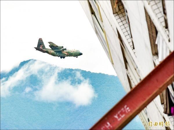 載運人道救援物資的新加坡軍方C-130運輸機昨日下午降落花蓮機場,落地前正好飛過傾倒的雲翠大樓,機身上可明顯看到新加坡國旗。(記者羅沛德攝)