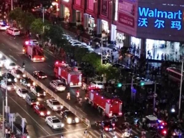 中國深圳一間超市發生縱火及持刀傷人案,據傳已造成2死9傷,多輛消防車在外等待救援。(畫面擷自微博)