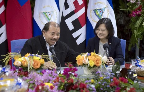 總統蔡英文是奧蒂嘉總統就職典禮貴賓。圖為9日當地晚間蔡英文與奧蒂嘉(左)會面,進行雙邊會談。(中央社)