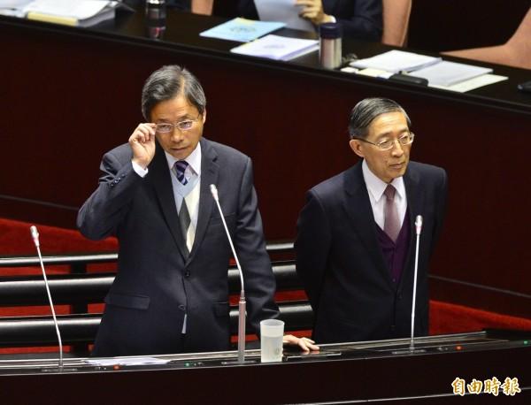 外交部長林永樂(右)指出,美國曾明確表示過,希望我國人進入美國的時候,不要在護照封面上有任何改變。(資料照,記者王藝菘攝)
