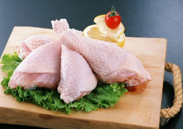 水洗生雞肉可除菌?專家指出,用水沖雞肉不能降低含菌量,還可能導致感染機會增加;想要洗雞肉,建議可以先用沸水燙過雞肉再清洗。(情境照)