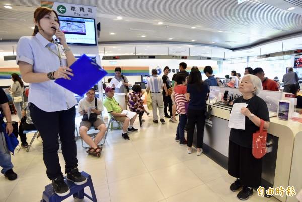 中華電信「499吃到飽之亂」將於15日劃下句點,14日中華電信台北南區服務中心仍湧入換約人潮。(記者簡榮豐攝)