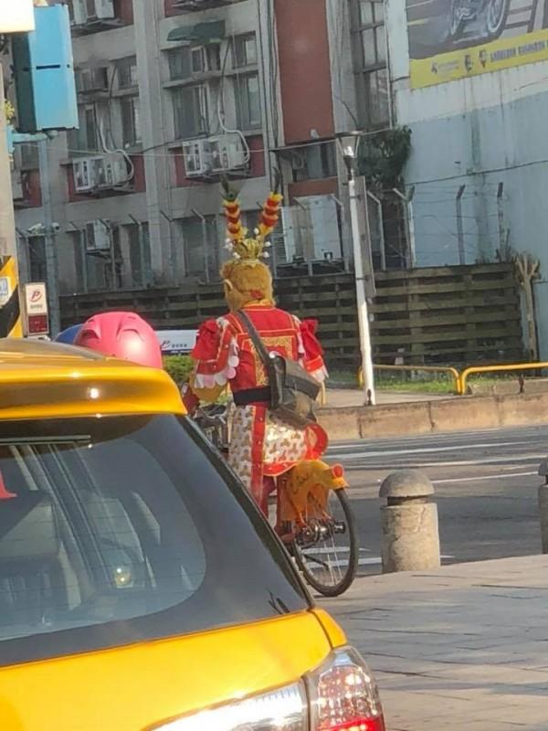 有民眾昨在台北市街頭意外捕獲野生的「齊天大聖孫悟空」,只見其「坐騎」觔斗雲變成了Ubike,目擊的民眾將這名「齊天大聖」狂踩YouBike的模樣拍下PO網,引發網友熱議。(圖擷自爆料公社)
