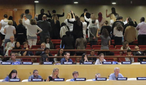 不滿神力女超人任大使,數十名聯合國員工於任命活動當天,背對著講台,以靜默的方式實施抗議。(美聯社)