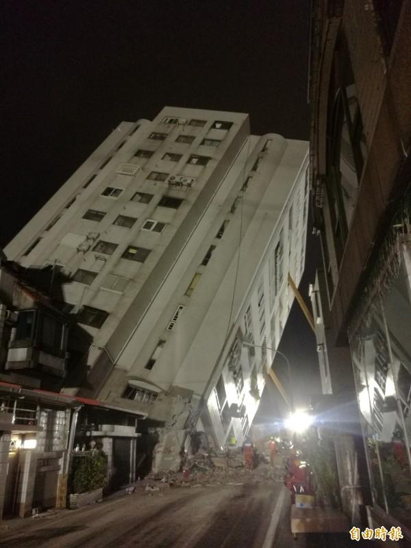 在軍方支援探照燈下,花蓮雲翠大樓搜救進入最後階段,救難人員力拼在10日晚間找到最後2失聯中國旅客。(記者花孟璟攝)