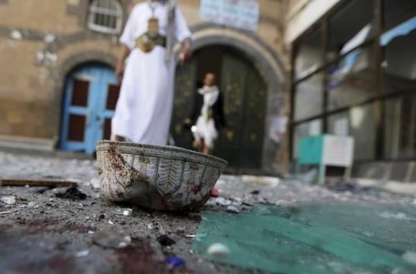 其中一名兇嫌竟混在人群中,於寺門附近引爆身上的炸彈,事後激進組織伊斯蘭國已在社群媒體為本次襲擊表示負責。(路透)