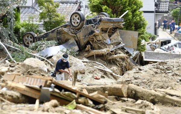 西日本因連日出現破紀錄暴雨,導致多地災情慘重,至今已有171人死亡,91人下落不明。(美聯社)