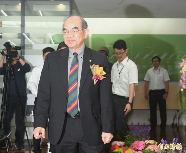 新任教育部部长吴茂昆(右)正式接任。(记者方宾照摄)