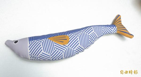 這條像是秋刀魚的魚玩偶,就是代表阿囉哈波奇。(記者陳宇睿攝)