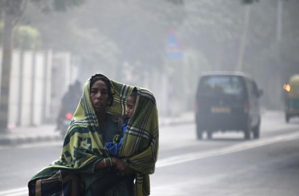 聯合國兒童基金會(UNICEF)今(6)日表示,全球約有1700萬名的嬰兒生活在受到嚴重污染的環境中,其中有1600萬名集中在亞洲地區,其中印度最為嚴重,其次是中國,嚴重的空污也將對發育中嬰兒的大腦造成永久傷害。照片為印度新德里的空污情形。(法新社)